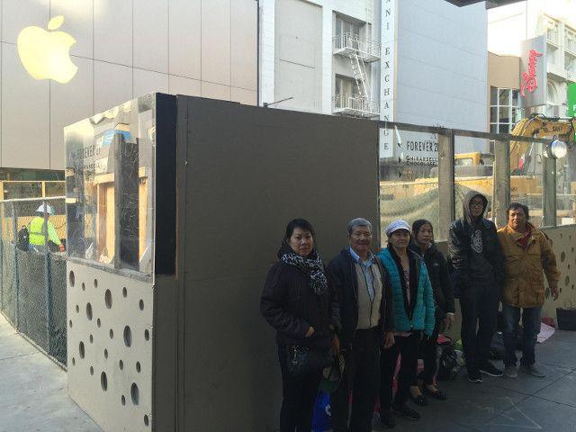 新型「iPhone」の発売を米国時間9月25日に控え、サンフランシスコのダウンタウンにあるApple Storeの前にはすでに人が並び始めている。