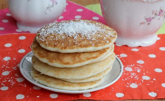 I pancakes al cocco sono morbidi e golosi come gli originali ma ancora più saporiti grazie alla presenza della farina di cocco nell'impasto.