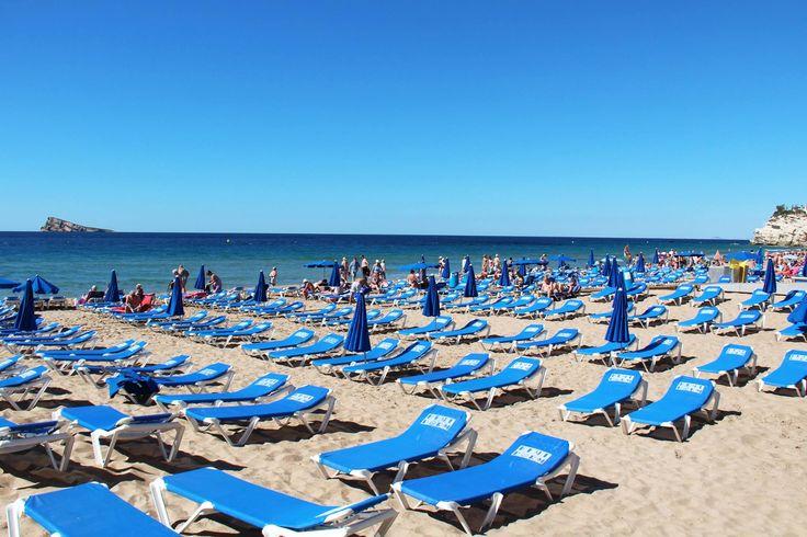 Se acerca el veranito y tu tiempo de relax. ¡Déjate llevar por el sonido de las olas del mar, los rayitos de sol y las cómodas hamacas junto a la playa Levante! 🌊🌞  #Benidorm #PlayadeLevante #HotelCentroMar #PlayasBenidorm #CostaBlanca #