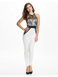 http://nelly.com/se/kl%C3%A4der-f%C3%B6r-kvinnor/kl%C3%A4der/jumpsuit/ax-paris-1107/lacescuba-contrast-jumpsuit-113743-2350/