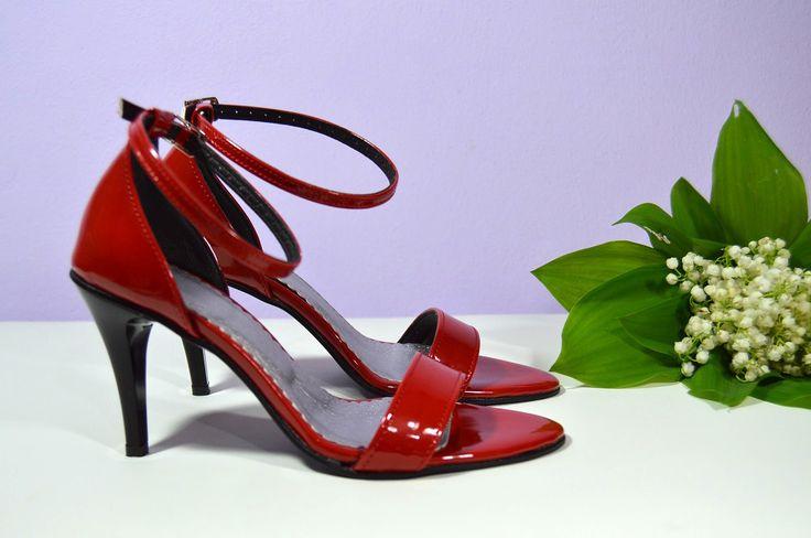 Sandálky v K-styl, eko kůže červená lakovaná, 7cm podpatek, podrážka a podpatek černá, vel. 35. Cena ve výprodeji = 39,- Eur/ 1.053,- Kč. Ušetříte 20,- Eur/ 540,- Kč.