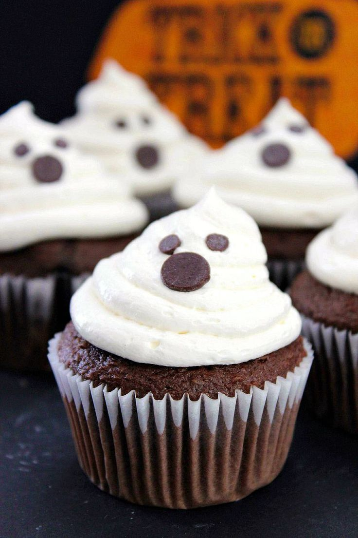 Halloween ghost cupcakes recipe marshmallow creme chocolate cakes and halloween - Creme decoration cupcake ...