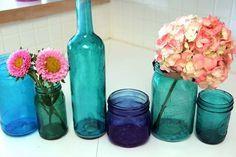 El vidrio tintado es un material precioso. Aunque no lo creas, teñir vidrio es muy fácil y se puede hacer en casa, con materiales al alcance de todos. Hazte con un buen arsenal de botellas y frascos, y crea un conjunto tan bonito como este. Ojo: ¡esta técnica crea adicción!