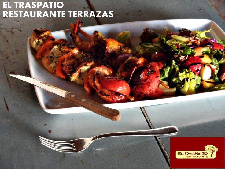 Nuestras exquisitas Brochetas de Camarón y Pollo al Citrus con cilantro.