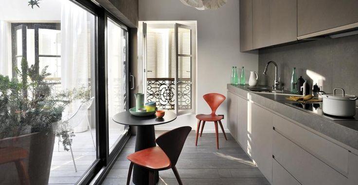 La ristrutturazione di un appartamento con lo spirito di un atelier, in cui gli arredi non hanno una collocazione definita