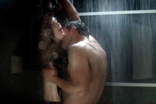 cena de prazer no chuveiro entre anastasia e grey no filme 50 tons mais escuros