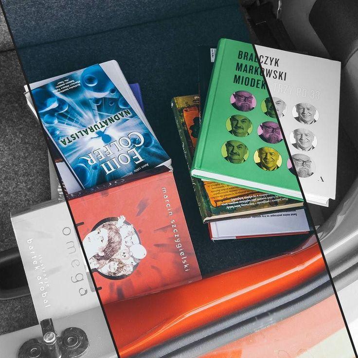 A w moim bagażniku jest tak. Jak widać jestem gotowa do wyjazdu  P.S. Tak wiem czas umyć samochód   QQ: czytacie podczas wyjazdów czy robicie sobie wtedy wolne od książek?  #EoinColfer #TrzyPo33 #MarcinSzczygielski #cartrunk #bookstagram #bookstagrampl #booktube #booktuber #books #book #książka #książki #terazczytam #currentlyreading #czytam #TBR2017 #goodreadsreadingchallenge #readingismagic #readingisgood #readingislove #readingisawesome #czytaniejestfajne #czytambolubię #bookwormlife…