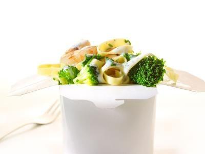 Tagliatelle met broccoli, spinazie, gebakken scampi en een yoghurtdressing