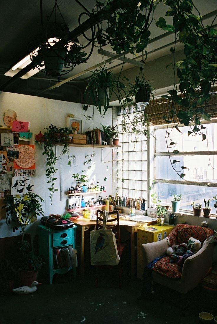 Tiene todo lo que necesito. Pinturas, plantas, colores, luz y aire!! Soñado Estudio Bohemio =) Instagram.com/Ecomiscelaneas