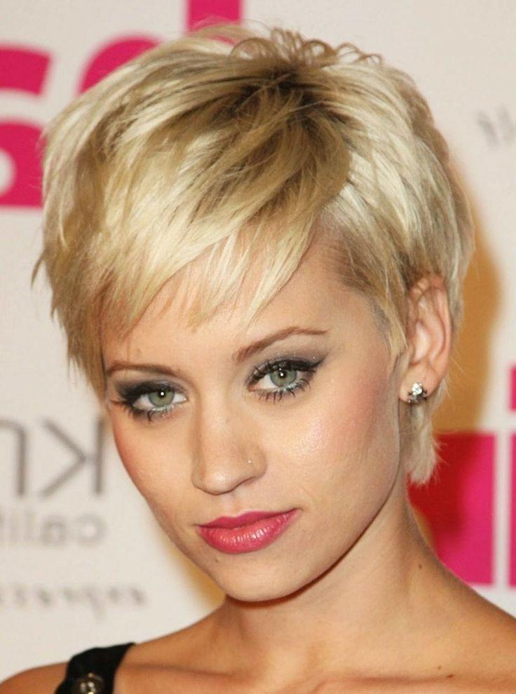 coupe courte avec frange déstructurée pour les blondes