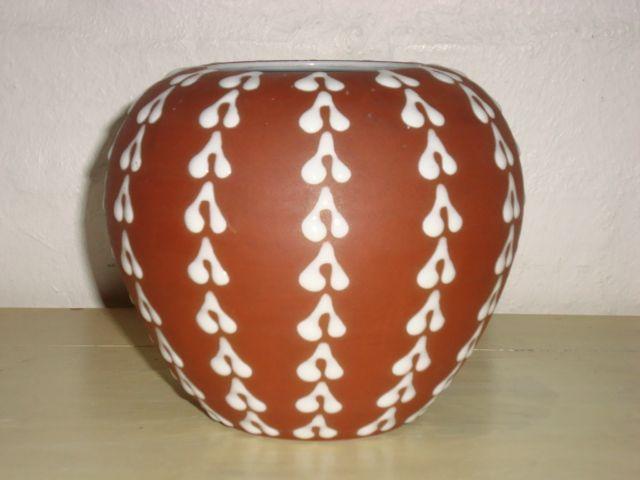 ZEUTHEN vase. År/year 1940-50s. #ZEUTHEN #vase #keramik #ceramics #pottery #danishdesign #nordicdesign #klitgaarden. SOLGT/SOLD from www.klitgaarden.net.