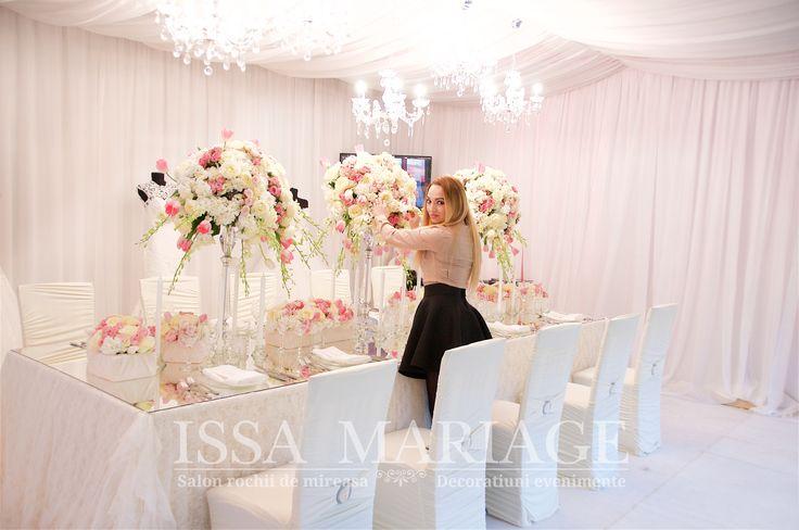 Decoratiuni nunta huse scaune elastice  fata de masa cu dantela IssaEvents 2017