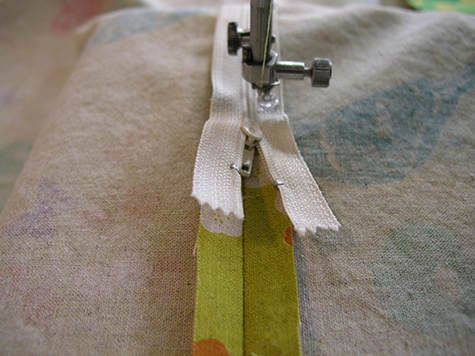 Good free tutorial about how to add a zipper when sewing cases for throw pillows