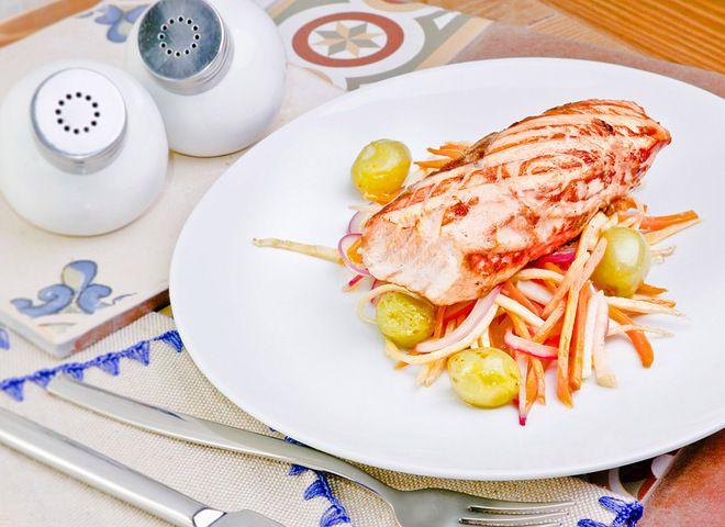 Стейк из лосося с виноградом   Ссылка на рецепт - https://recase.org/stejk-iz-lososya-s-vinogradom/  #Рыба #блюдо #кухня #пища #рецепты #кулинария #еда #блюда #food #cook