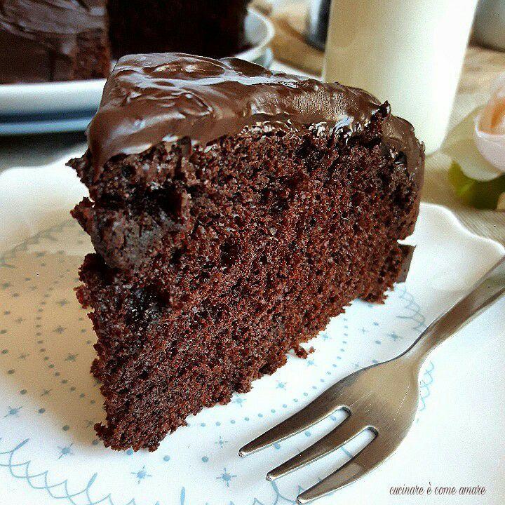 La chocolate cake più soffice del mondo è una torta supercioccolatosa e buonissima. Una torta sofficissima, umidissima che vi conquisterà al primo assaggio.