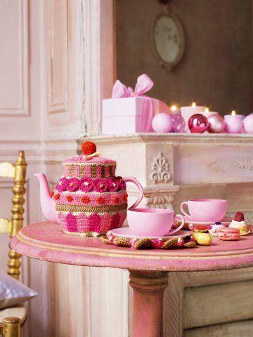 Un cache-théière et des napperons pour soucoupes en crochet rose et touge