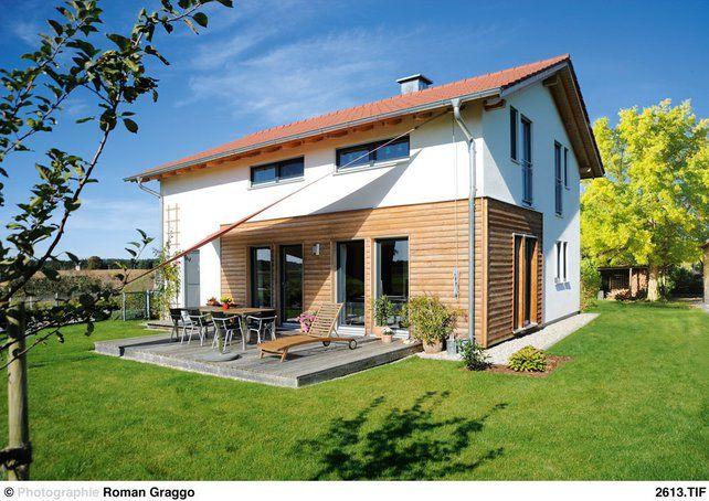 fassade und dachform die verkleidung aus l rchenholz und die verputzten wandfl chen gliedern die. Black Bedroom Furniture Sets. Home Design Ideas