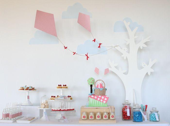A decoração com pipas foi criada pela australiana Leanne Ambrogio para o aniversário de dois anos da filha. Leanne é dona da empresa de festas Sweet Style,: Birthday Parties, Theme Parties, Kites Parties, Parties Ideas, Sweet Style, Parties Tables, Parties Theme, Picnics Parties, Desserts Tables