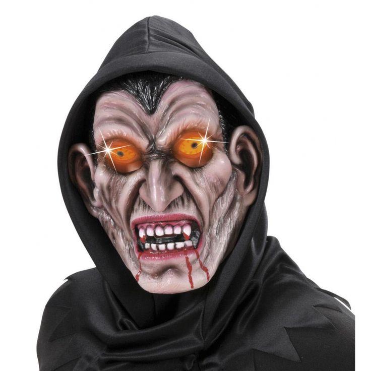 Groene vampier masker van latex met een polyester capuchon. Het masker is geschikt voor volwassenen en heeft kleine uitsparingen bij de ogen. De ogen lichten op met de aan/uit knop. Exclusief 2 x AA batterijen.