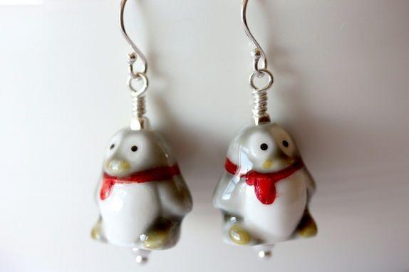 Søte pingviner i sølv og porselen.
