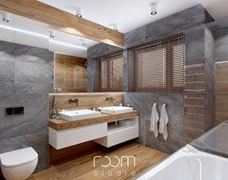 Łazienka szara z drewnem - Duża łazienka na poddaszu w domu jednorodzinnym z oknem, styl nowoczesny - zdjęcie od ROOM STUDIO