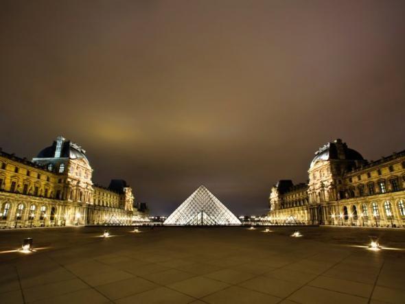 Die Glaspyramide besteht aus 603 rautenförmigen und 70 dreieckigen Glassegmenten. Als Vorbild für die Proportionen diente die große Pyramide im ägyptischen Gizeh. Insgesamt beträgt das Gesamtgewicht der Pariser Variante etwa 180 Tonnen.