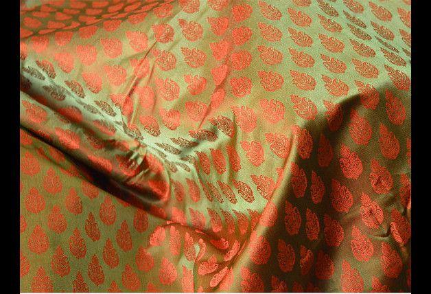 Ceci est une belle benarse pur brocart de soie tissu motif floral en vert olive et Orange. Le tissu tissé illustrent petite laisse motifs.  Vous pouvez utiliser ce tissu pour faire des robes, des...