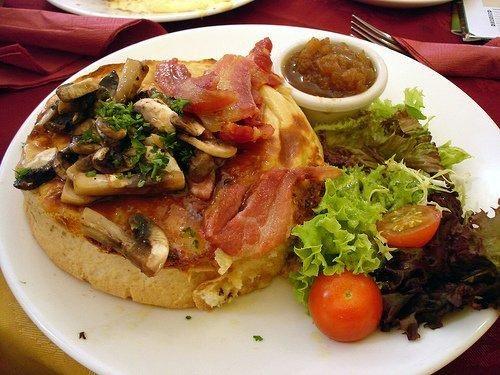 ¿Cómo cenar para adelgazar? 1 pechuga  pollo plancha con brócoli-pan de molde integral y lonchas de pavo-1 filete de pavo plancha con pimientos-filetes de merluza a la plancha con una patata cocida-Ensalada huevo cocido-Ensalada de lechuga, cebolla, tomate, queso fresco bajo en grasa, aceite de oliva y un poco de vinagre de módena-2 filetes de salmón al horno con alcachofas-Cereales integrales con leche desnatada o leche de avena-2 yogures naturales sin azúcar-1 tortilla francesa c/tomate