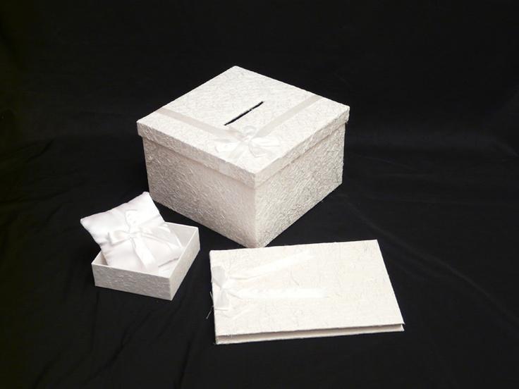 Huwelijksset  Silk van rechthoekig receptieboek en vierkante enveloppendoos  plus witte satijn ringkussen. Gastenboek en enveloppen doos zijn beiden bekleed zijn met zijdepapier en voorzien zijn van een witte satijnen strik. Het receptie/gastenboek bevat 52 ivoorkleurige handgeschepte bladzijden.    Het gastenboek: 37 x 25 cm.    De enveloppendoos: 33 x 33 x 20 cm.    Ringkussen: 13x13 cm