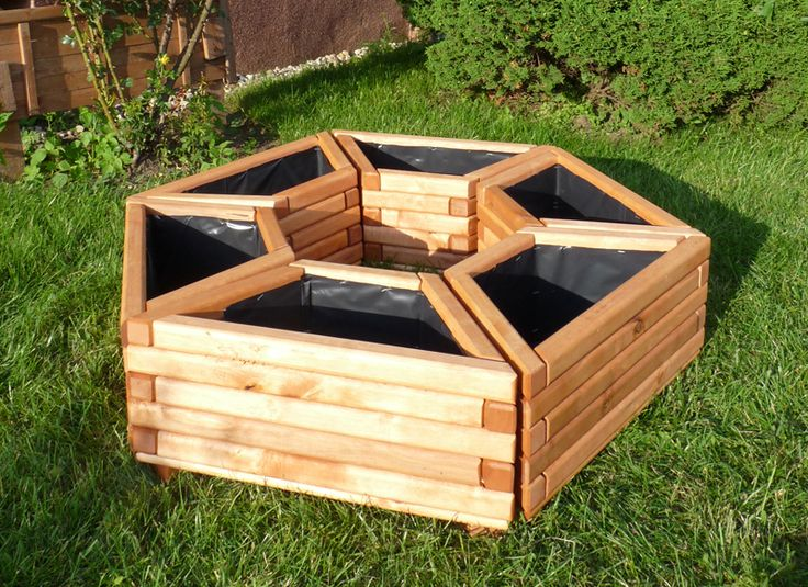 Bardzo wytrzymałe donice wykonane z drewna sosnowego lub olchowego, zaimpregnowane i zabezpieczone przed wszelkimi warunkami atmosferycznymi.