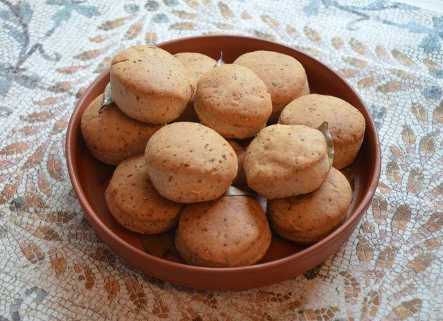I organised a small banquet at home on the occasion of the Saturnalia festival. I absolutely love ancient Roman food