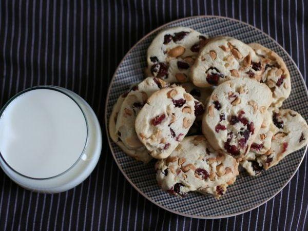 Biscuiţi cu merişoare şi alune
