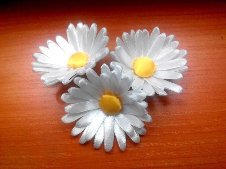 Kanzashi. Daisy of satin ribbons / Канзаши. Ромашка из атласных лент