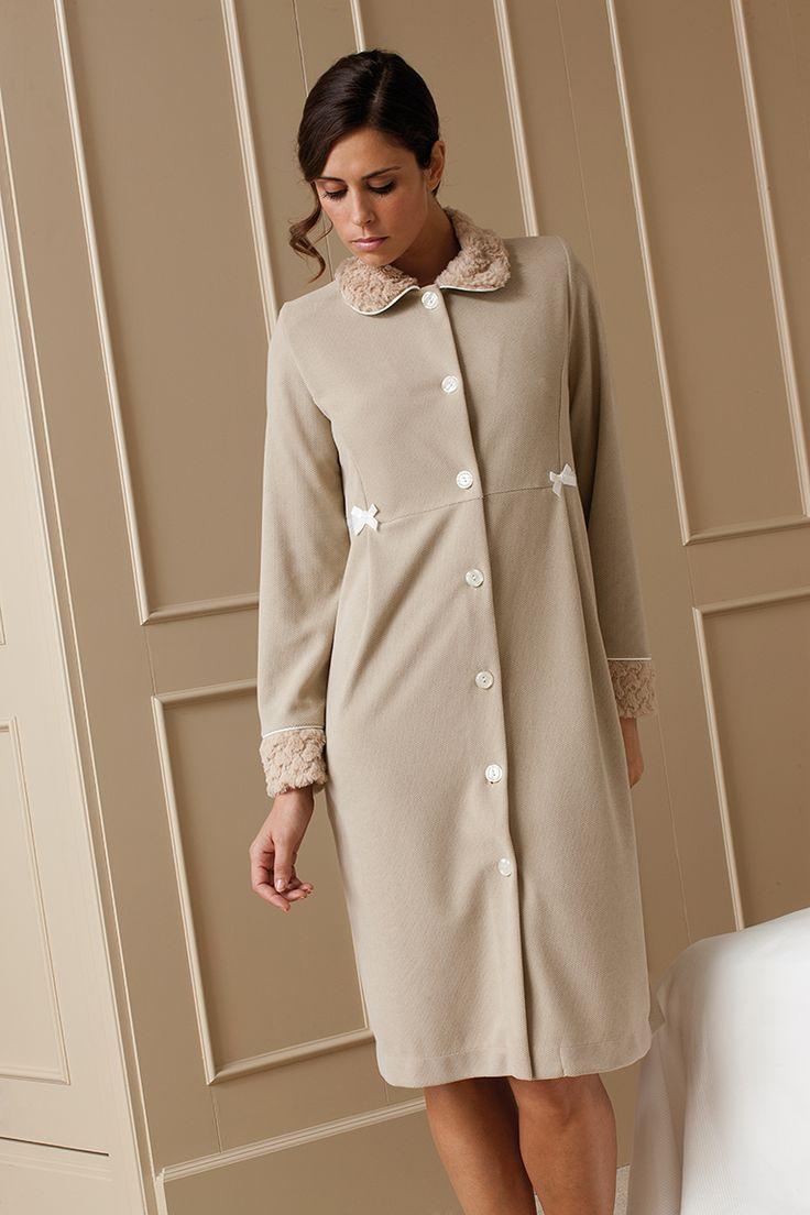 Bata en tejido granito aterciopelado con cuellos y puños combinados en pelo sintetico #bata #egatex #homewear #sleepwear