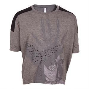 Lækker oversize T-shirt i grå med nitter og print fra Grunt.