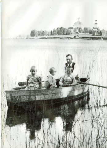Alajärvi is my home town! Here is Alvar Aalto with his children (?) rowing on Alajärvi. The town church can be seen in the background.