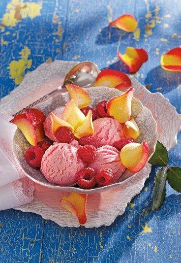 Raffiniert! Himbeer-Rosen-Eis, das Rezept: http://www.gofeminin.de/kochen-backen/eis-selber-machen-d39532c485380.html #eis