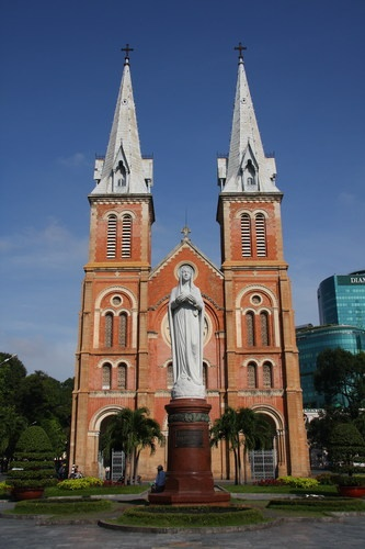 Saigon Notre-Dame Basilica: the church is the largest church in Ho Chi Minh City, with two bell towers 60 m high, located in the city center. This is one of the unique religious architecture attracts many visitors in Ho Chi Minh city.
