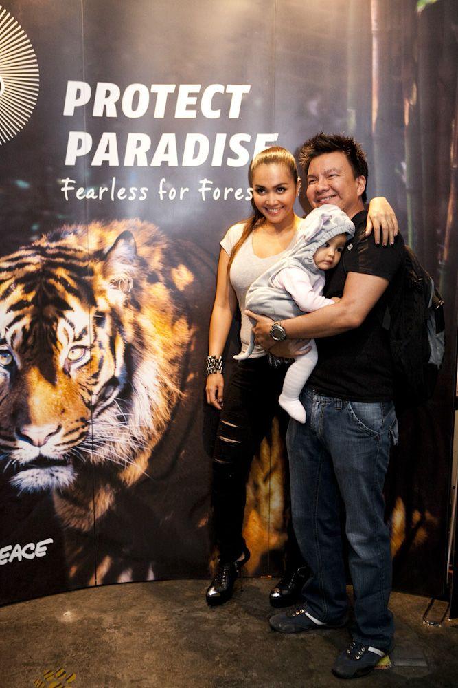 Jerry Aurum dan Denada, pasangan selebriti Indonesia memberikan dukungan terhadap perlindungan hutan Indonesia melalaui Tiger Manifesto Greenpeace www.protectparadise.org