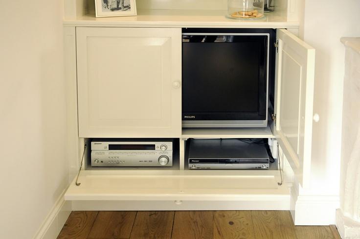... in nis naast open haard met verdekt tv in de kast more tv cabinet met