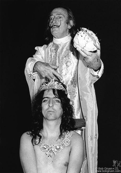 Eungenio Salvador Dali casting a spell on Alice Cooper, 1973 - Bob Gruen
