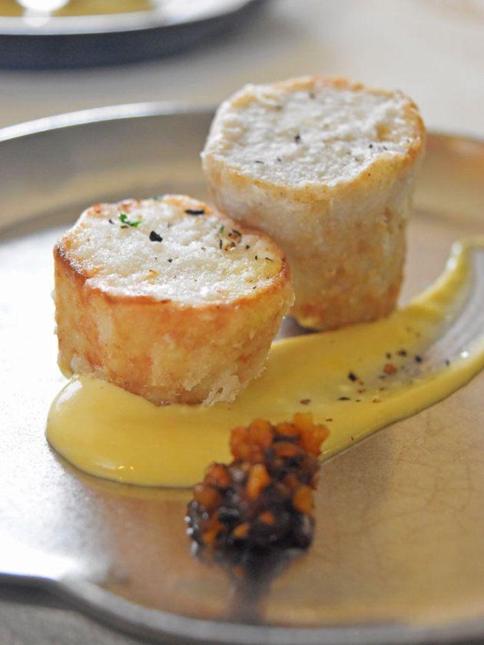 里芋はやわらかく茹ででから、薄くコーンスターチをまぶして揚げることで、まわりカリッ、中はねっとりした食感に。|『ELLE a table』はおしゃれで簡単なレシピが満載!