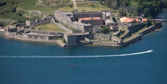 """El Ferrol es una ciudad orientada tradicionalmente hacia las actividades marítimas, mediante su puerto pesquero y comercial, astilleros civiles y militares, instalaciones de la Armada o las playas turísticas, la Semana Santa de interes turistico internacional y el castillo de """"San Felipe"""""""