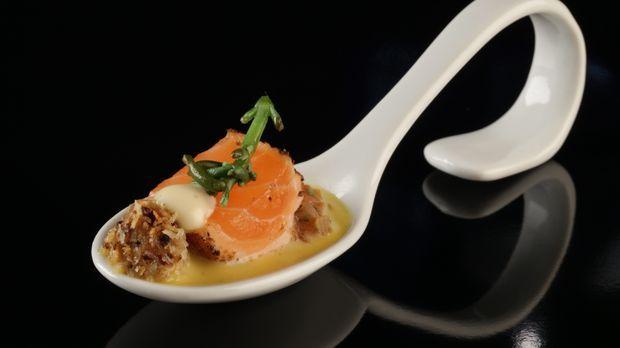 Jan Thorben kocht Lachs mit Blumenkohl-Couscous, Orangenemulsion und Tomatenrelish. Das ganze Rezept gibt's auf sat1.de!