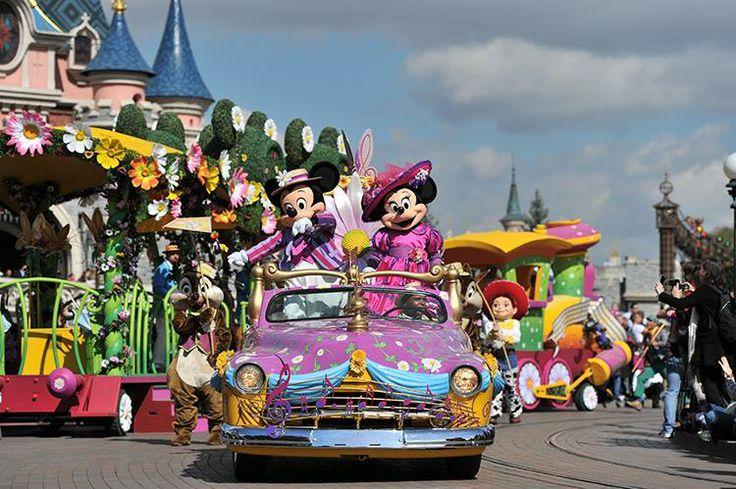 Yeni Disney® karakterleri, klasik otomobillerden sokağa dökülen çiçekler eşliğinde ziyaretçilere katılmak için Merkez Plaza ve Kale'nin etrafında toplanacak! #Disneyland #paris #festival