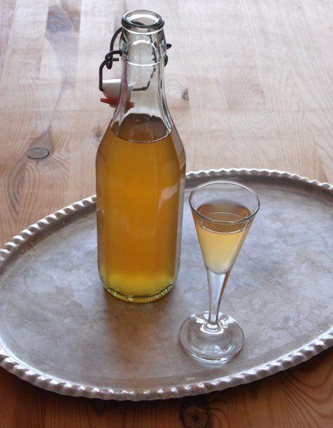 Varázslat, ahogyan a kerítésszaggató pálinkákból illatos fahéjas-gyömbéres-mézes likőr lesz.