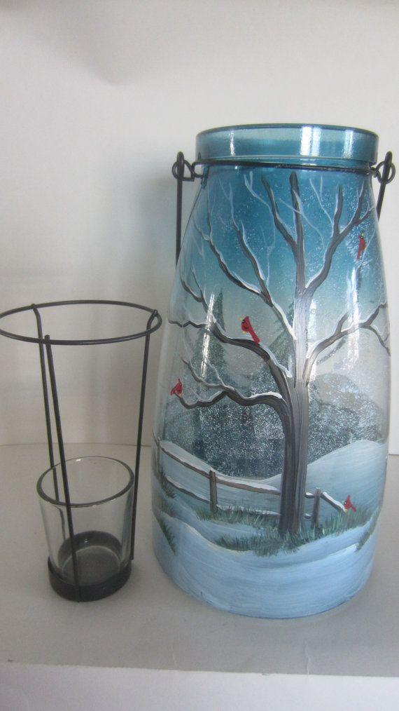 Árbol de invierno, cerca, árboles de hoja perenne y cardenales en un tono azul hermoso florero, sostenedor de vela