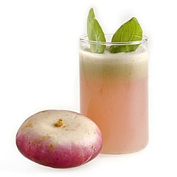 Centrifugato di rapa al basilico: 200 g di rape,  il succo di 1/2 limone,  un mazzetto di basilico,  sale e pepe q.b.