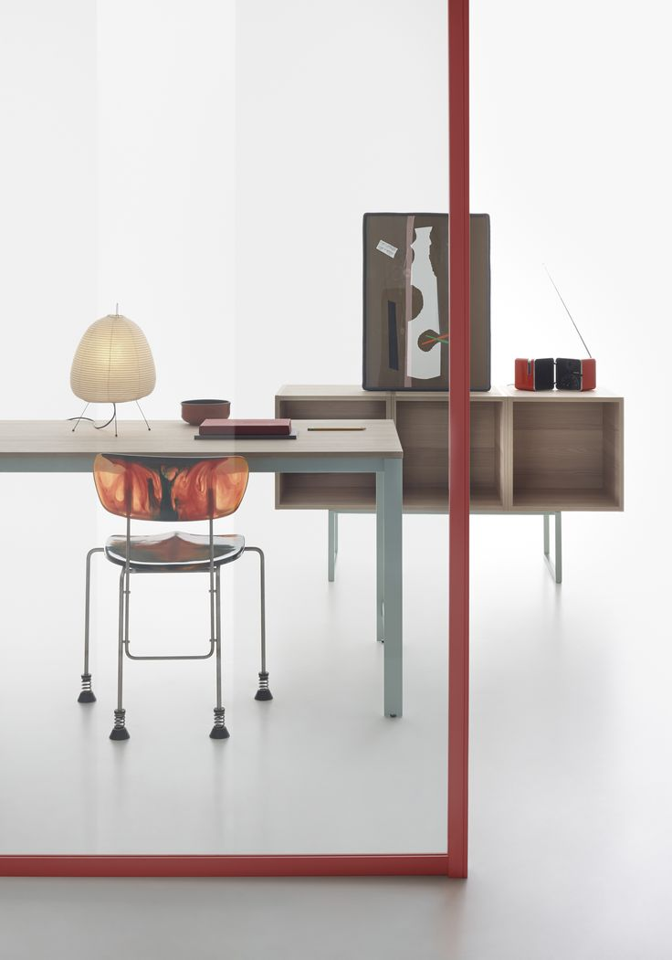 Wallsystem partition with coral profile and K-Word table with Oak top and Sage metal structure #humanoffice #focusoncolor