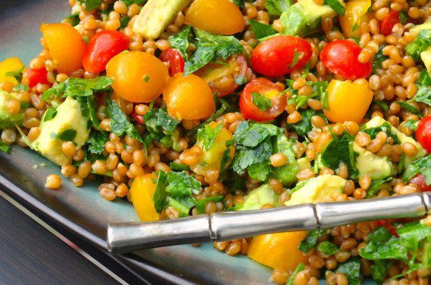 Salada de tomate heirloom, abacate e trigo | 28 saladas vegetarianas que vão te saciar por completo
